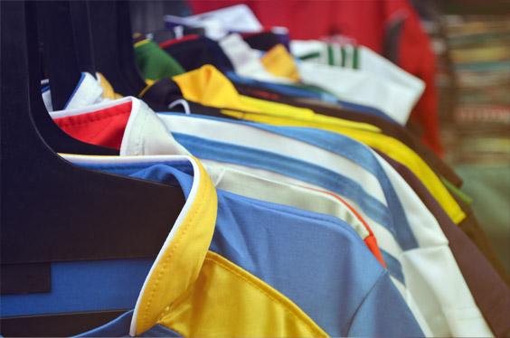 Koszulki z nadrukiem i inne artykuły promocyjne, czyli jakie korzyści dają gadżety z logo firmy