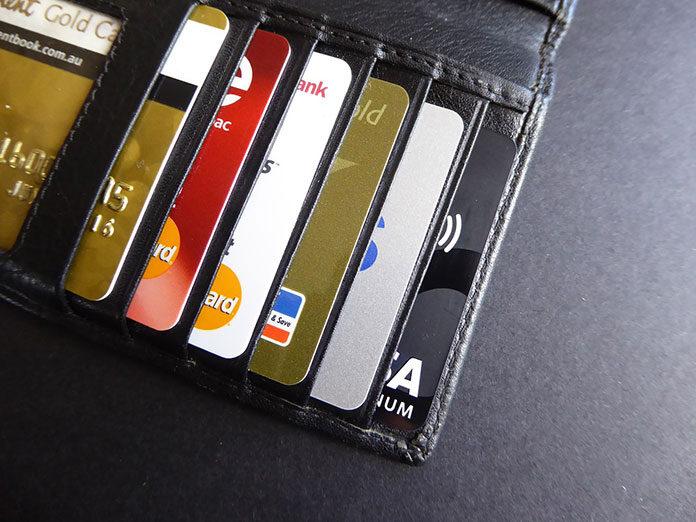 Karta debetowa a kredytowa
